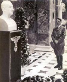 Hitler vor der Büste Bruckners in der Walhalla